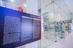 Bảo tàng Quảng Ninh, bảng giới thiệu màu đen, nền đất bằng gạch màu trắng, nhiều tấm kính, ảnh chụp ban ngày