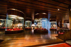 Bảo tàng Quảng Ninh, nơi lưu giữ những giá trị lịch sử, nền nhà bằng gỗ, nhiều tủ kính, trần nhà bằng gỗ
