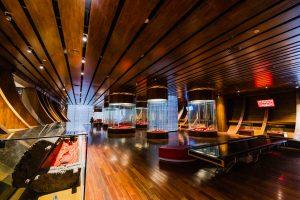 Bảo tàng Quảng Ninh, nơi lưu giữ những giá trị lịch sử, nhiều tủ kính trưng bày, nền nhà bằng gỗ màu nâu, trần nhà bằng gỗ màu nâu