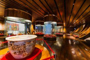 Bảo tàng Quảng Ninh, nơi lưu giữ những giá trị lịch sử, chậu bằng sứ có hoa văn, nhiều tủ kính trưng bày, nên nhà bằng gỗ màu nâu, trần nhà bằng gỗ màu nâu