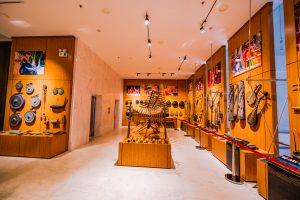 Bảo tàng Quảng Ninh, nơi lưu giữ những giá trị lịch sử, nhiều loại nhạc cụ, nhiều loại đàn, nhiều bức tranh trên bức tường bằng gỗ, nền nhà bằng đá màu trắng, trần nhà màu trắng