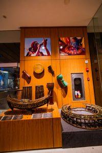Bảo tàng Quảng Ninh, nơi lưu giữ những giá trị lịch sử, nhiều hiện vật cổ được treo trên bức tường bằng gỗ, nhiều bức tranh được treo trên bức tường bằng gỗ