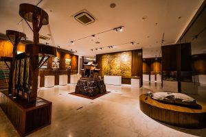 Bảo tàng Quảng Ninh, nơi lưu giữ những giá trị lịch sử, bức trang hình phật màu vàng, mô hình ngôi chùa, mô hình rùa đá, nền nhà bằng gạch màu trắng, trần nhà màu trắng