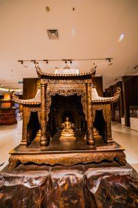 Bảo tàng Quảng Ninh, nơi lưu giữ những giá trị lịch sử, mô hình chùa màu vàng, mô hình phật, trần nhà màu trắng