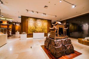 Bảo tàng Quảng Ninh, nơi lưu giữ những giá trị lịch sử, bức tranh hình Phật màu vàng treo trên bức tường bằng gỗ, nền nhà bằng gạch màu trắng, trần nhà màu trắng