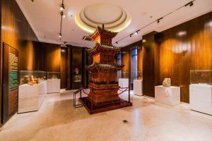 Bảo tàng Quảng Ninh, nơi lưu giữ những giá trị lịch sử, mô hình tháp bằng gỗ, nhiều tủ kính đặt trên bệ đá màu trắng, nền nhà bằng gạch màu trắng, trần nhà màu trắng
