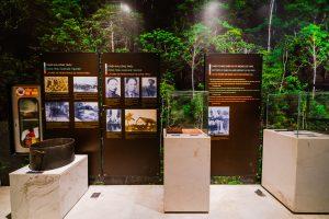 Bảo tàng Quảng Ninh, nơi lưu giữ những giá trị lịch sử, nhiều hiện vật đặt trong tủ kính trên bệ đá màu trắng, nhiều bảng giới thiệu màu đen