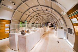 Bảo tàng Quảng Ninh, nơi lưu giữ những giá trị lịch sử, nhiều hiện vật trưng bày trong tủ kính trên bệ đá, nền nhà bằng gạch màu trắng