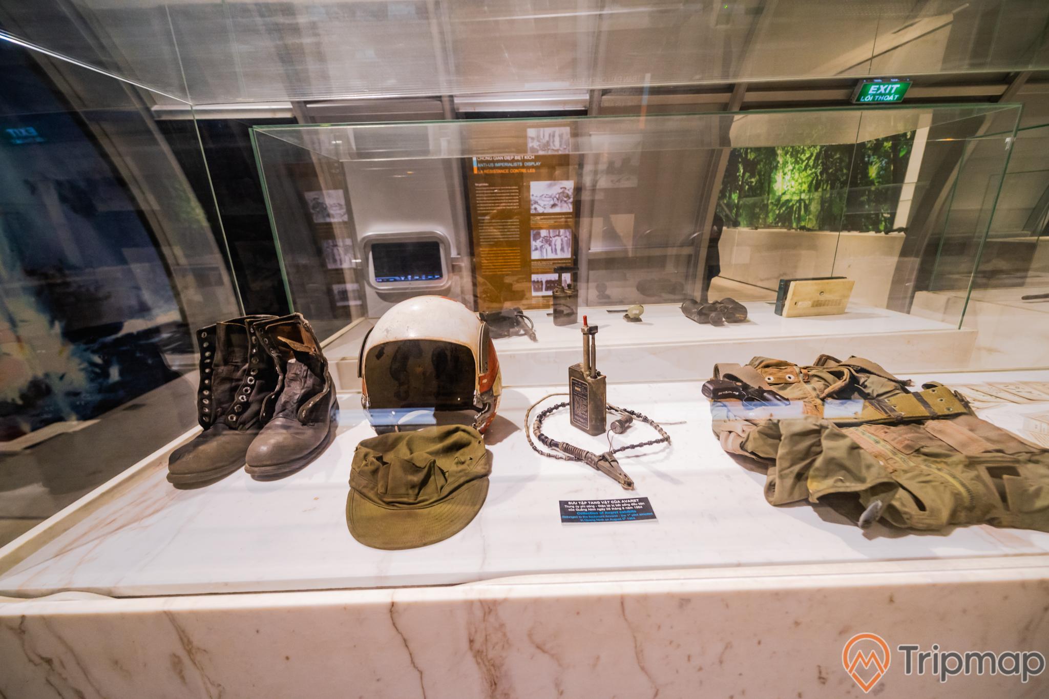 Bảo tàng Quảng Ninh, nơi lưu giữ nhá trị lịch sử, đôi giày màu đen, mũ màu xanh, mũ bảo hiểm màu trắng, bộ đám, bộ quần áo lính màu xanh