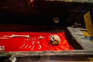 Bảo tàng Quảng Ninh, nơi lưu giữ những giá trị lịch sử, bộ xương người đặt trên tấm thảm màu đỏ