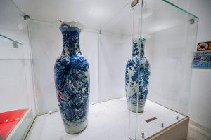 Bảo tàng Quảng Ninh, nơi lưu giữ những giá trị lịch sử, 2 bình phong nhiều hoa văn được đặt trong tủ kính, bức tường màu trắng