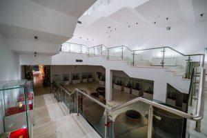 Bảo tàng Quảng Ninh, nơi lưu giữ những giá trị lịch sử, bậc thang màu nâu nhạt, trần nhà màu trắng