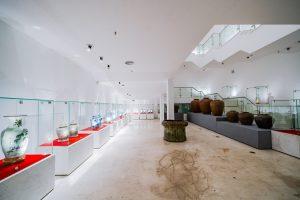 Bảo tàng Quảng Ninh, nơi lưu giữ những giá trị lịch sử, nhiều bình phong được đặt trong tủ kính, nền nhà bằng gạch có hoa văn, trần nhà màu trắng