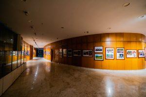 Bảo tàng Quảng Ninh, nơi lưu giữ những giá trị lịch sử, nhiều bức tranh được gắn trên bức tường bằng gỗ màu nâu, nền nhà bằng gạch có hoa văn, trần nhà màu trắng, hành làng dài