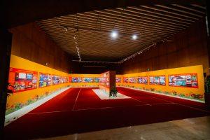 Bảo tàng Quảng Ninh, nơi lưu giữ những giá trị lịch sử, nhiều bức tranh được treo trên bức tường màu cam, nền nhà màu đỏ, trần nhà màu nâu bằng gỗ