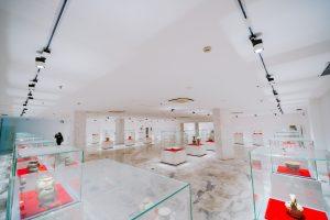 Bảo tàng Quảng Ninh, nơi lưu giữ những giá trị lịch sử, nhiều tủ kính trưng bày các hiện vật, nền gạch bằng đá có hoa văn, trần nhà màu trắng