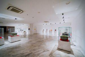 Bảo tàng Quảng Ninh, nơi lưu giữ những giá trị lịch sử, nền nhà bằng gạch có hoa văn, trần nhà màu trắng, nhiều tủ kính trưng bày hiện vật