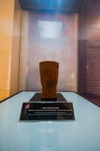 Bảo tàng Quảng Ninh, nơi lưu giữ những giá trị lịch sử, bình gốm đầu rằm, bình gốm trong tủ kính, bảng giới thiệu màu đen