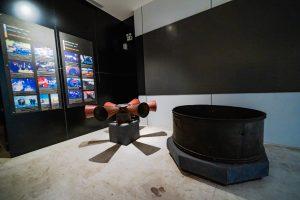 Khu tái hiện lịch sử hình thành mỏ than, bảo tàng Quảng Ninh, hiện vật màu đen trên nền gạch màu trắng, bức tường màu đen