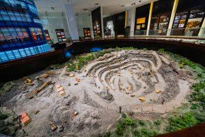 Khu tái hiện lịch sử hình thành mỏ than, bảo tàng Quảng Ninh, mô hình mỏ than, nhiều xe chuyên dụng trong ngành than, nhiều mô hình cây xanh, nhiều cát