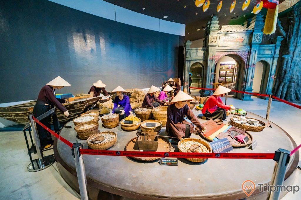 Khu tái hiện lịch sử hình thành mỏ than, bảo tàng Quảng Ninh, nhiều mô hình người đang đội nón làm việc, bức tường màu xanh nhạt