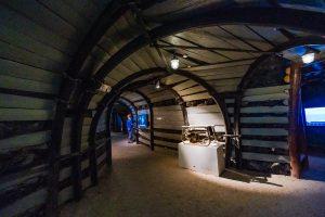 Khu tái hiện lịch sử hình thành mỏ than, bảo tàng Quảng Ninh, mô hình đường hầm mỏ than, nền nhà bằng cát, trần nhà bằng gỗ