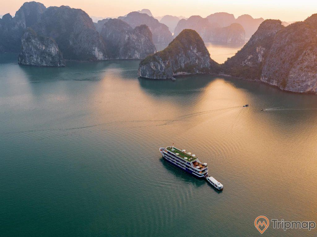 Tham quan vịnh Hạ Long trên du thuyền