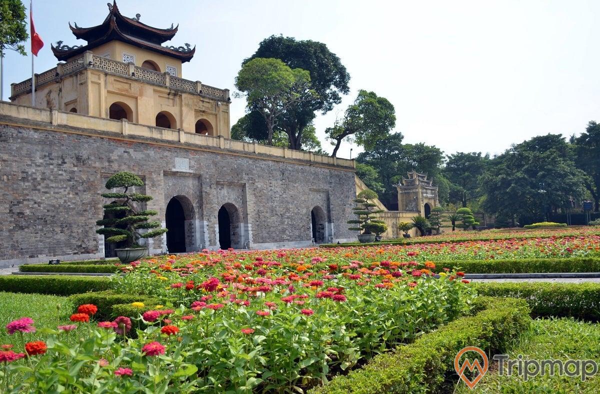 vườn hoa trước thành cổ Hà Nội,