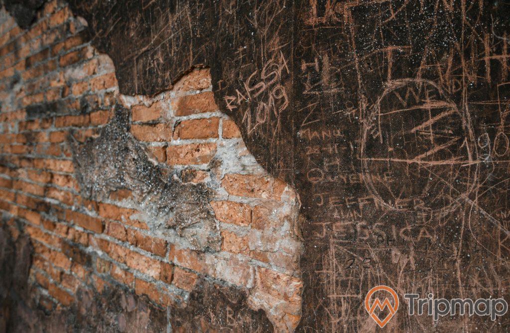 chữ viết khác trên tường gạch cũ