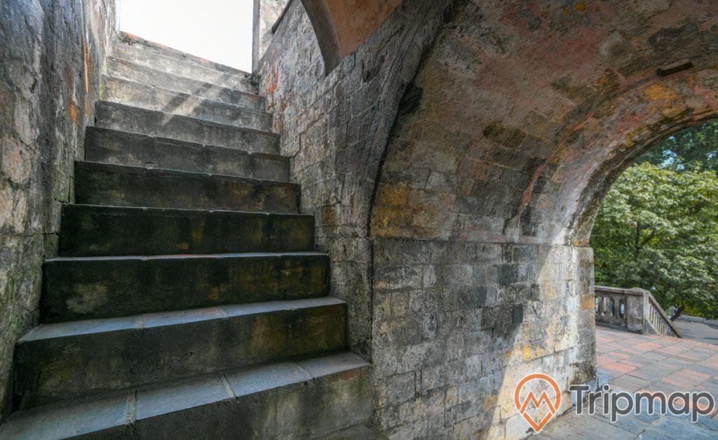 cầu thang bên trong cột cờ Hà Nội