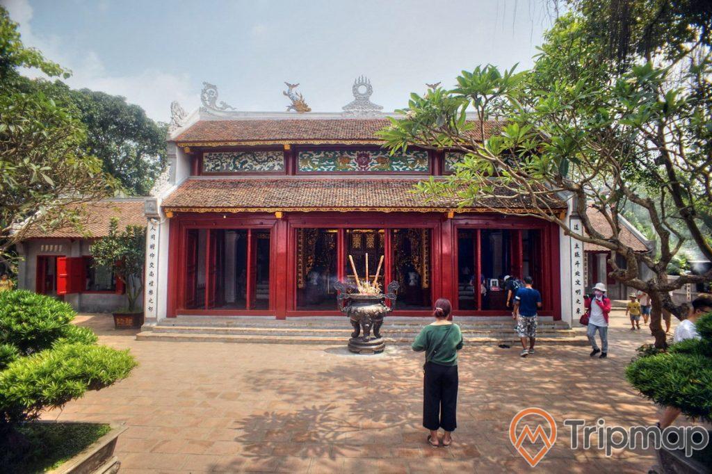 ngôi đền Ngọc Sơn, một người đang đứng