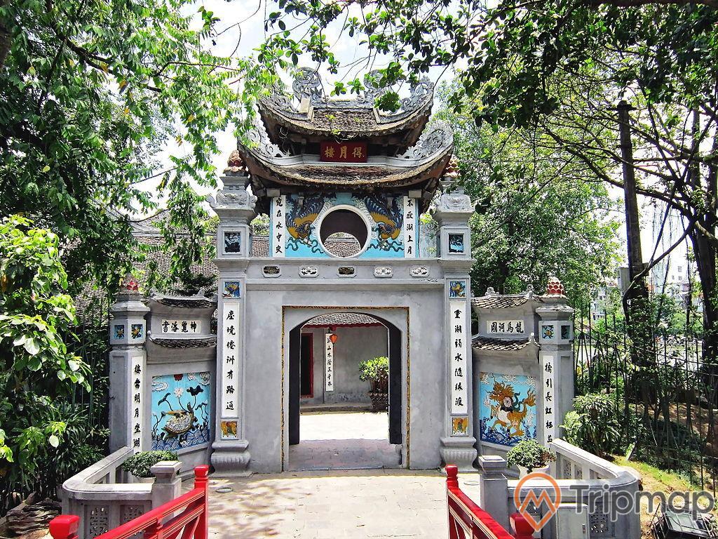 cổng Đắc Nguyệt Lâu và xung quanh cây cối xanh tươi