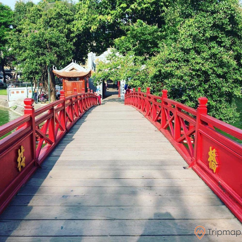 Cây cầu Thê Húc dẫn lối vào Đền Ngọc Sơn