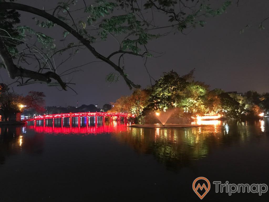 cây cầu Thê húc màu đỏ sáng giũa hồ Hoàn Kiếm