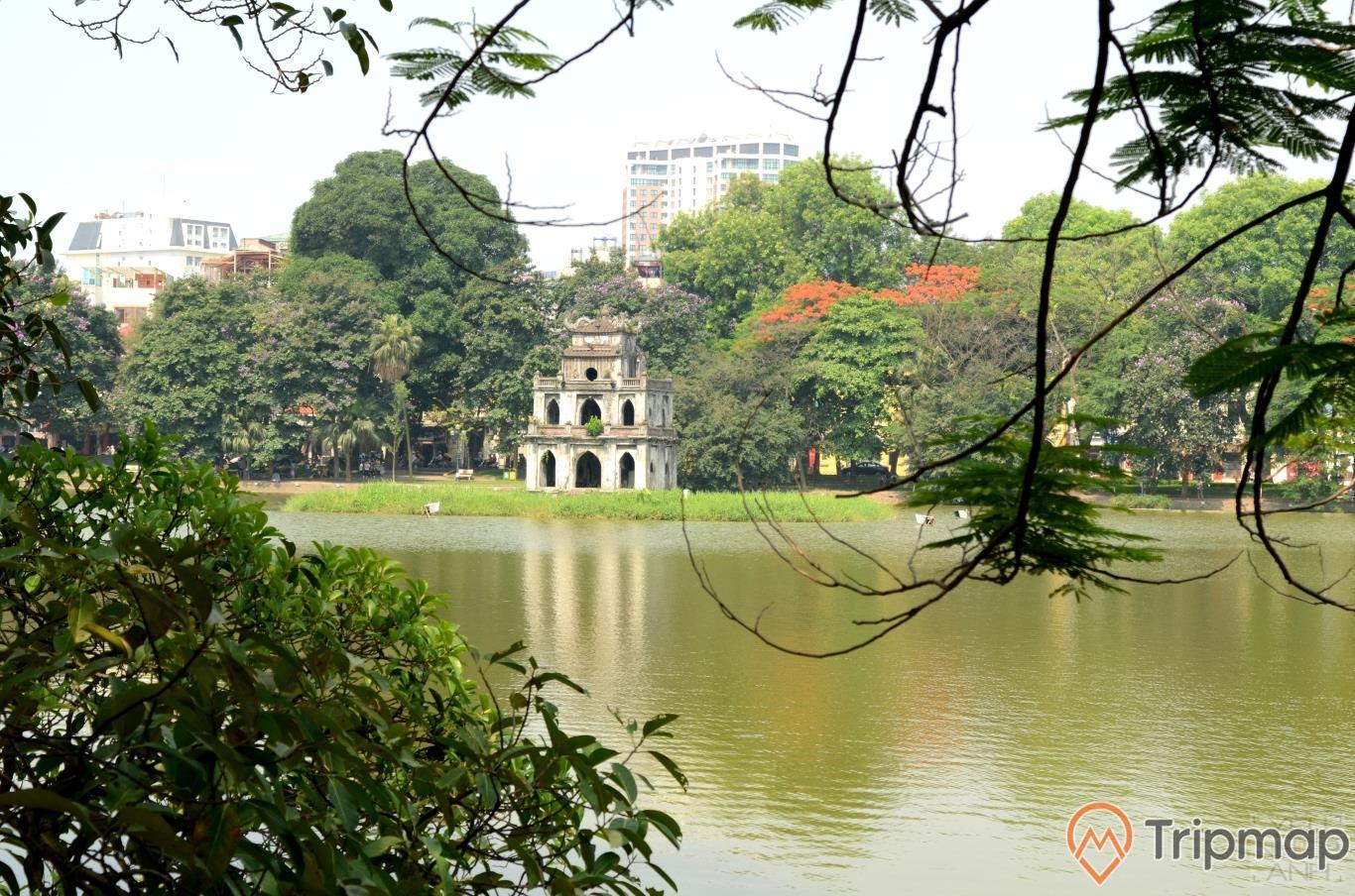 tháp Rùa giữa Hồ Hoàn Kiếm, cây cối xanh tươi ở quanh hồ hoàn kiếm