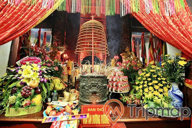 ban thờ vua an dương vương, ảnh chụp trong nhà, hoa quả, đồ cúng, bát hương