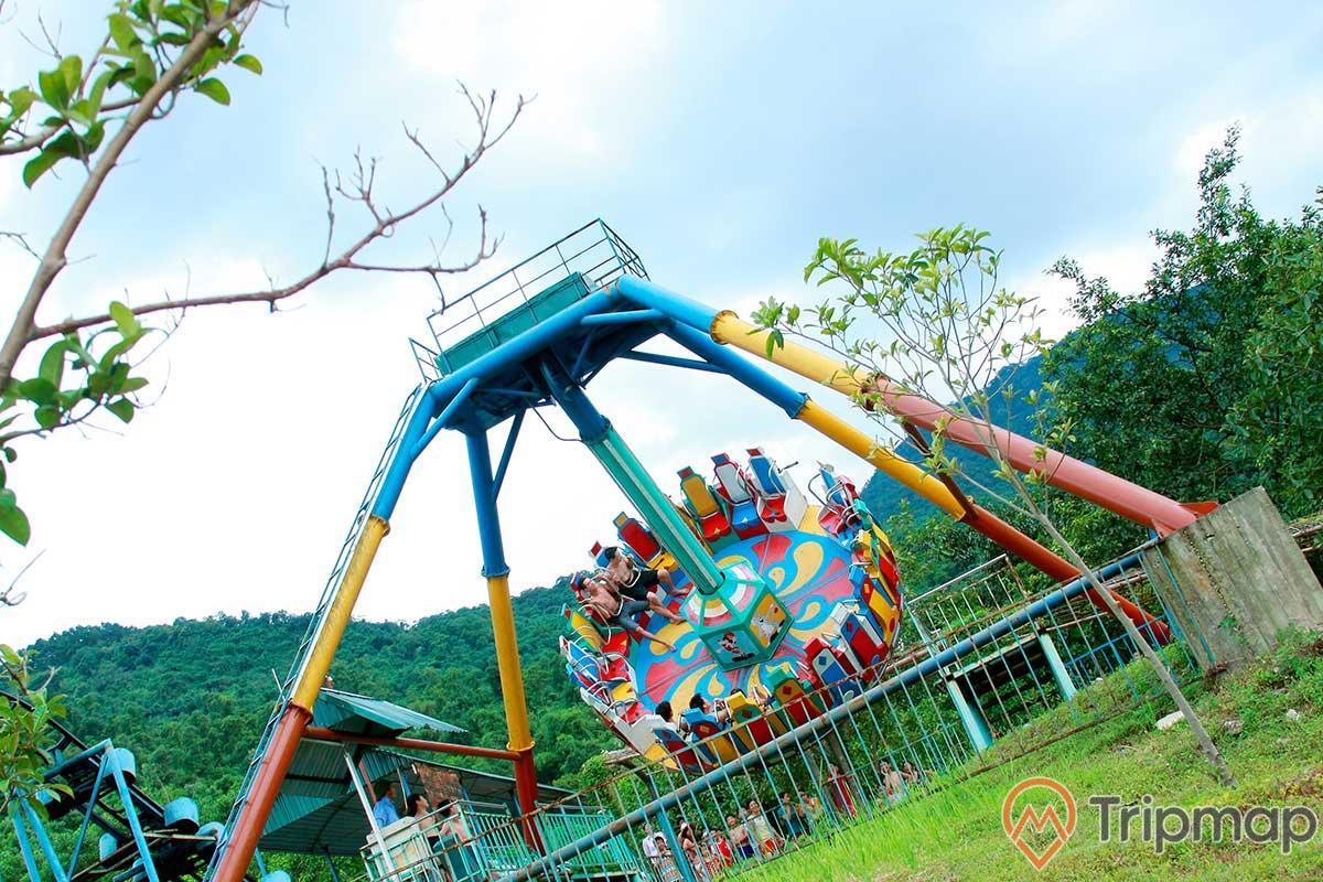 Trò chơi Đĩa Bay khu du lịch Ao Vua, mọi người đang chơi, cây cối và đồi núi phía xa, trò chơi mạo hiểm, ảnh chụp ngoài trời