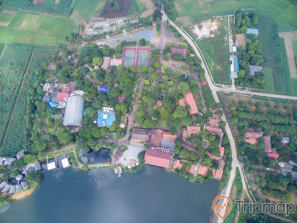 ảnh chụp thiên nhiên nhà cửa đường đi và hồ nước từ trên cao thiên tại khu du lịch suối khoáng Tản Đà