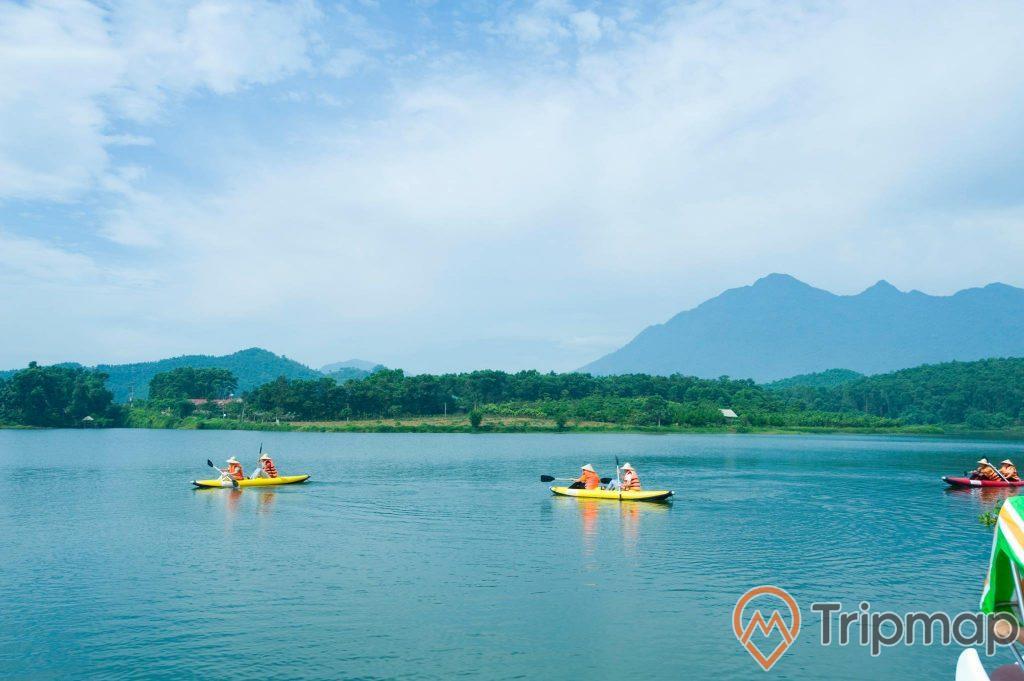 ảnh chụp thiên nhiên núi đồi cây cối xanh tươi, 6 người chèo lái trên 3 chiếc thuyền trên mặt hồ suối khoáng Tản Đà