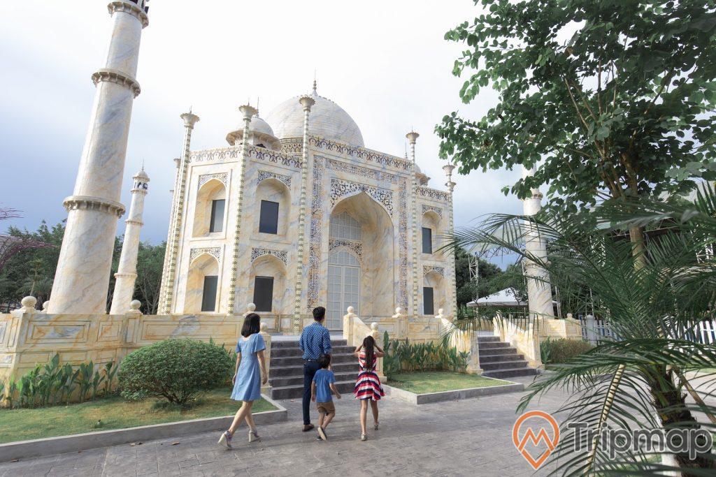 Đền Taj Mahal Ấn Độ trong Thiên Đường Bảo Sơn, gia đình đang đi tham quan ngôi đền, bầu trời nhiều mây, cây cối xanh bên đường