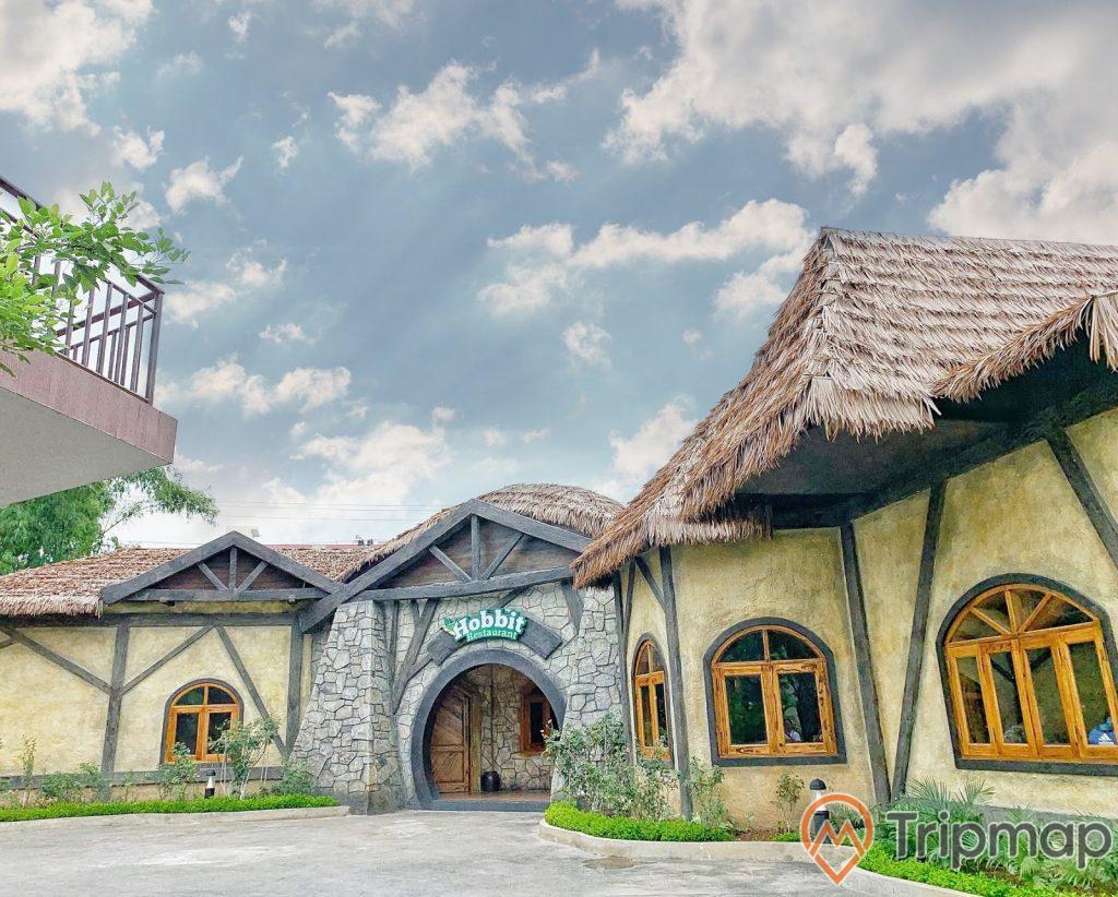 Nhà hàng Hobby trong Thiên Đường Bảo Sơn, ngôi nhà mái cọ có nhiều cửa sổ kính, bầu trời xanh có nhiều mây