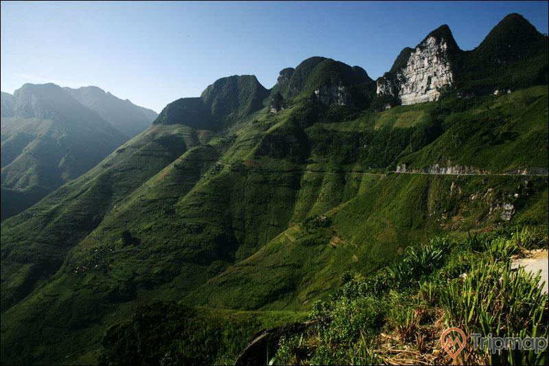 Cảnh quan thiên nhiên gần hang phương thiện, cỏ cây xanh tươi trên núi đá,, bầu trời trong xanh, ảnh chụp ngoài trời