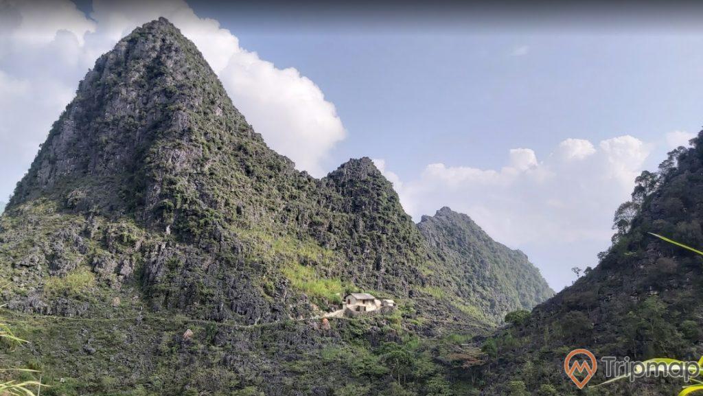 Thiên nhiên hùng vĩ tại cao nguyên Đồng Văn, đồi núi cỏ cây xanh tươi, bầu trời trong xanh nhiều mây, ảnh chụp từ trên cao