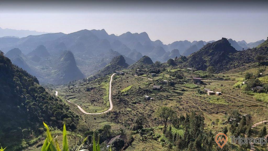 Thiên nhiên cây cối xanh tươi tại cao nguyên Đồng Văn, đồi núi phía xa xa, ảnh chụp từ trên cao