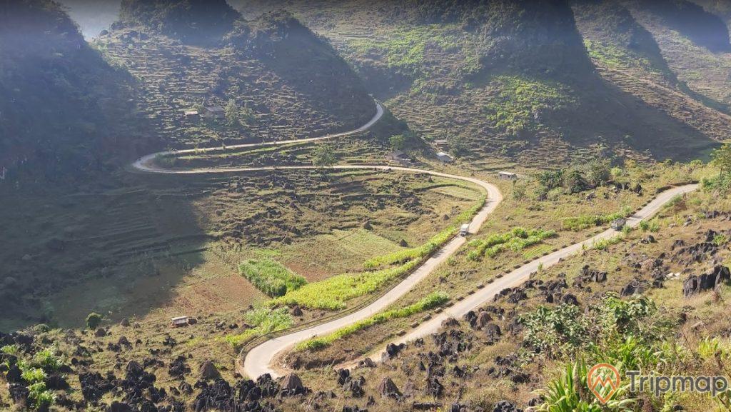 quang cảnh thiên nhiên tại cao nguyên Đồng Văn, cỏ cây xanh tươi, đường đèo quanh, ảnh chụp từ trên cao