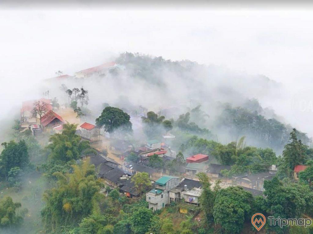 Màn sương khói mịt mù tại chợ tình khâu vai, cây cối và nhà cửa che phủ bởi sương mù, ảnh chụp từ trên cao