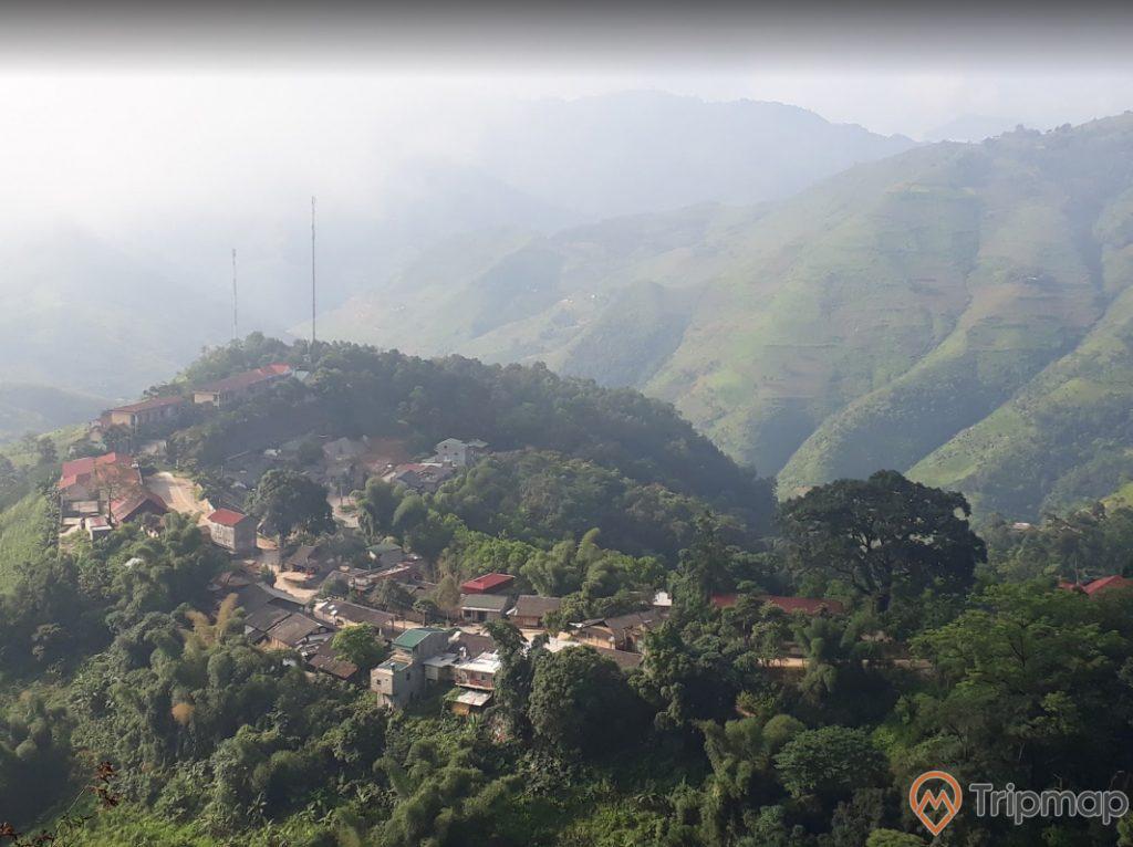 Thiên nhiên hoang sơ tại chợ tình khâu vai, cây cối xanh tươi và nhữung ngôi nhà tại Khâu Vai, đồi núi ở phía xa, ảnh chụp từ trên cao