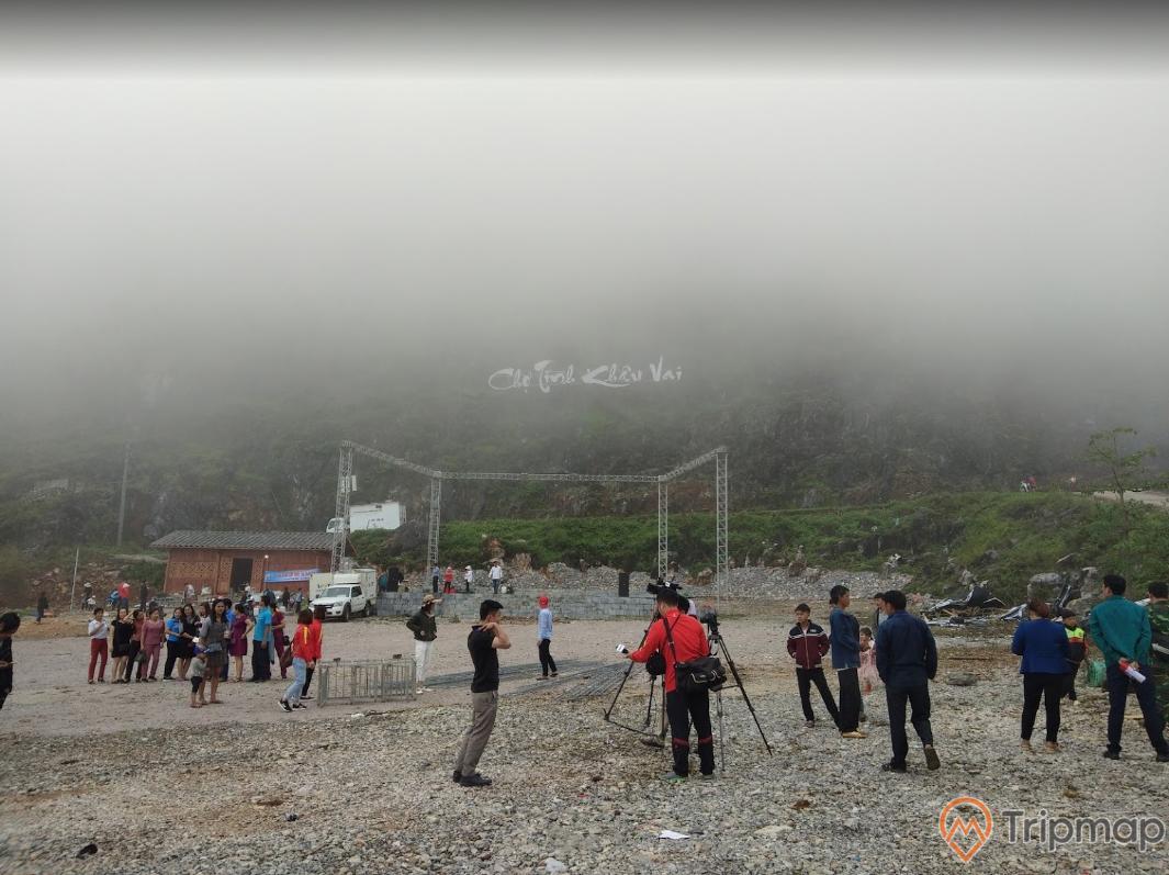 Khu hoạt động lễ hội tại chợ tình Khâu Vai, ảnh chụp ngoài trời, mọi người đang đứng trong sân