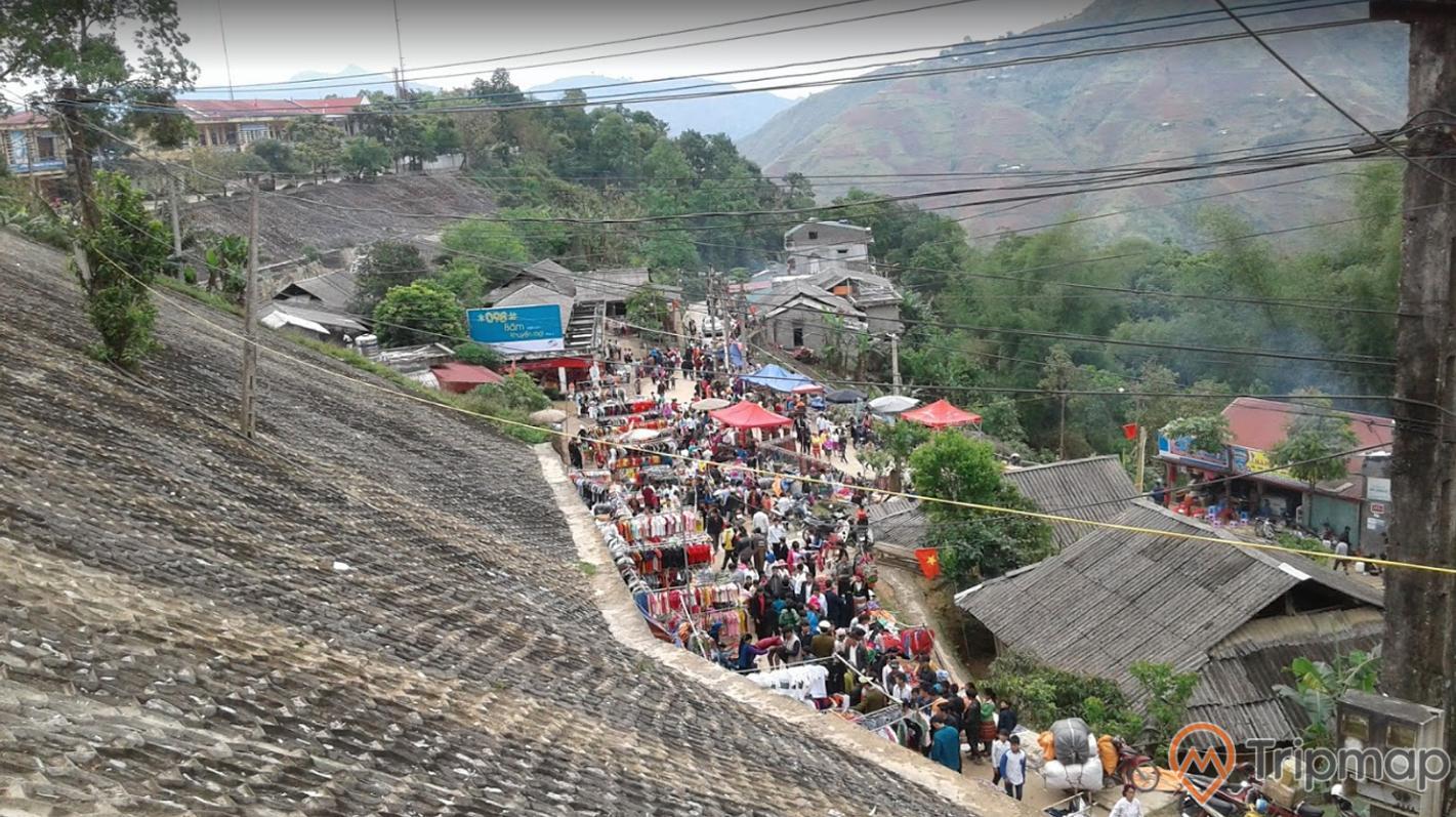 Quang cảnh tại chợ tình khâu vai, cây cối xanh tươi và ngôi nhà tại chợ khâu vai, đồi núi phía xa, ảnh chụp trên cao