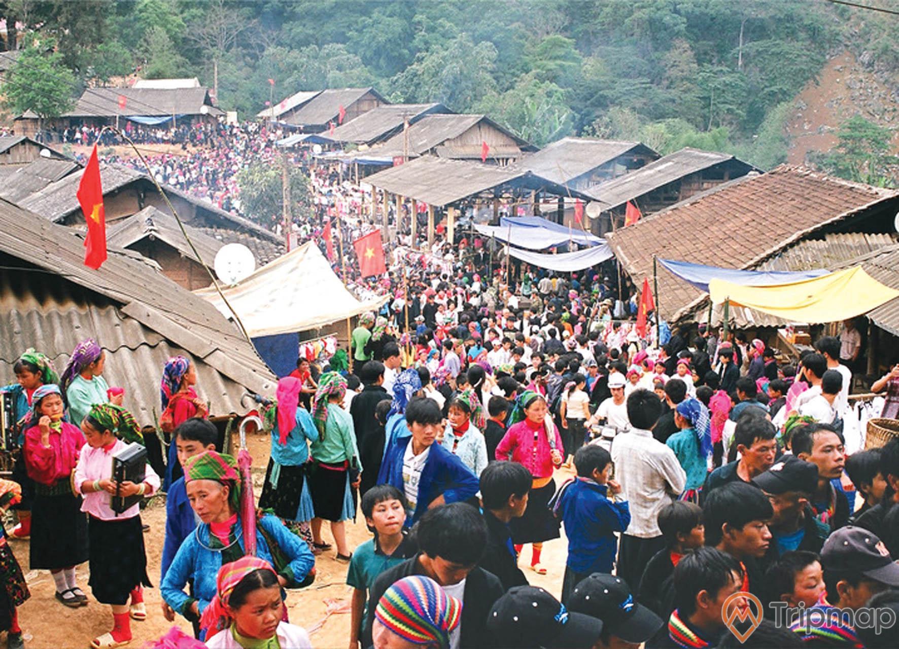Phiên chợ đông đúc tại chợ tình khâu vai, mọi người đang đi qua lại tại chợ, ảnh chụp ngoài trời